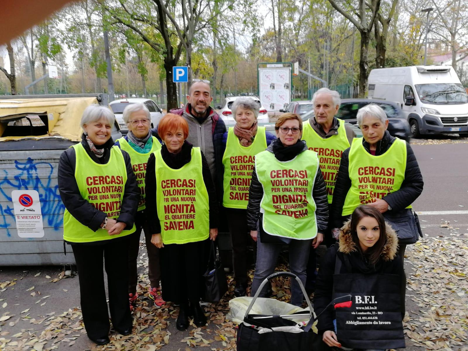Gruppo di volontari che si prende cura di un giardino